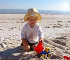 bebe enfant chapeau plage sable chateau protéger jeux 0-3 ans junior maternelle maternite enceinte maman mam mother papi dad daddy