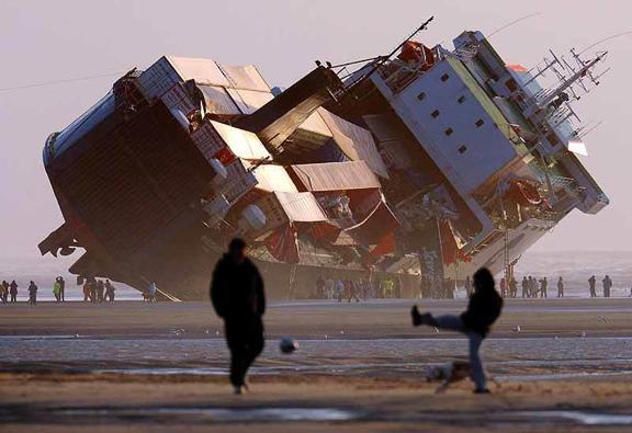 cargo echoue porte container contenair naufrage naufrageur commandant echouage assurance recuperation pollution artemis commerce international