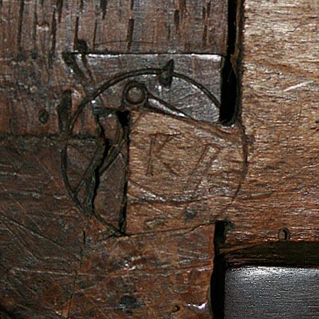 Une marque d'ébéniste du XVIIIesiècle avec l'équerre et le compas