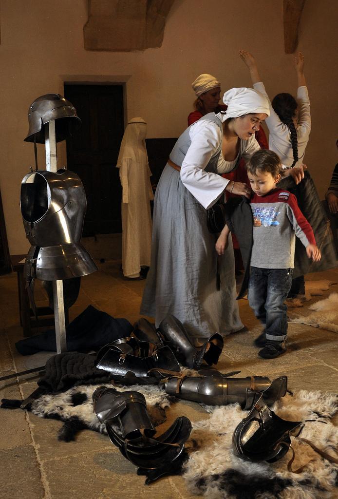 Le chevalier sa dame et les servantes au ch teau de - Chateau de mike le chevalier ...