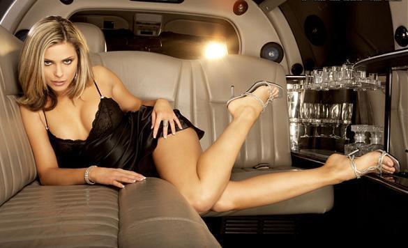 Clara Morgane présente son calendrier sexy pour 2010