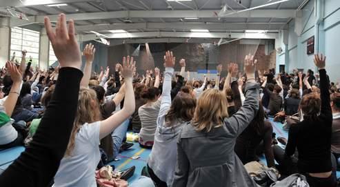 Les étudiants votent durant une assemblée générale de l'université de Caen le 12 mai 2009.