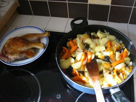 Tagine de canard aux fruits secs: légumes en train de mijoter