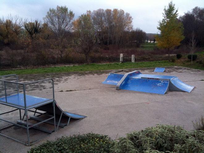 Spot : le skatepark de la ville de Rognes (13)