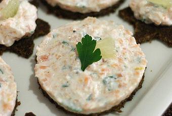 Canap s de pumpernickel la mousse de saumon fum for Canape saumon fume