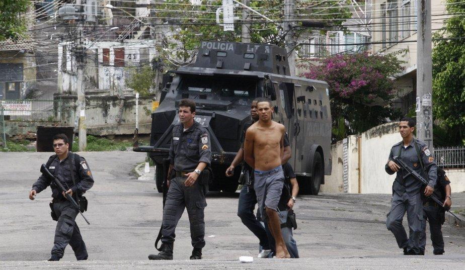 http://media.paperblog.fr/i/267/2676072/favelas-L-13.jpeg