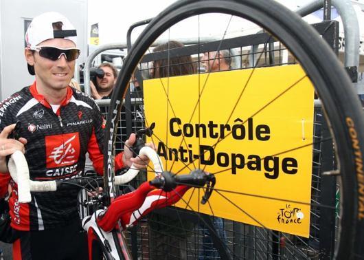 Alejandro Valverde tras abandonar el control anti-doping momentos antes de dar comienzo la decimocuarta etapa del Tour de Francia comprendida entre Mazamet y Plateau de Beille - AFP - 22/07/2007