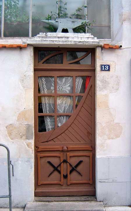 Un décor compagnonnique sur une porte de Bois-Plage-en-Ré (17)