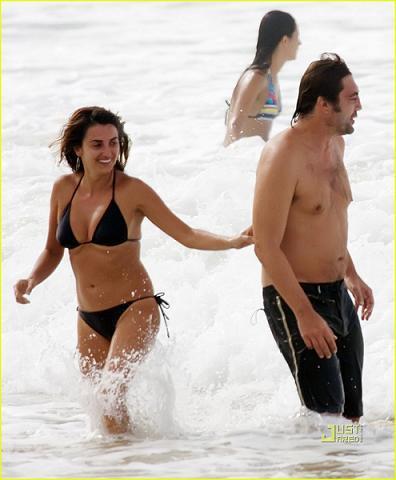 Javier et Peneloppe Sexy à la plage