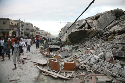 photo de débris dans les rues de port au prince