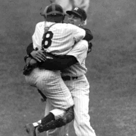 Don Larsen accueille dans ses bras son receveur Yogi Berra. Sa carrière assez moyenne est ponctuée par lunique performance davoir lancé un match complet en Série Mondiale, le 8 octobre 1956 pour le 5ème match des Yankees contre les Brooklyn Dodgers.