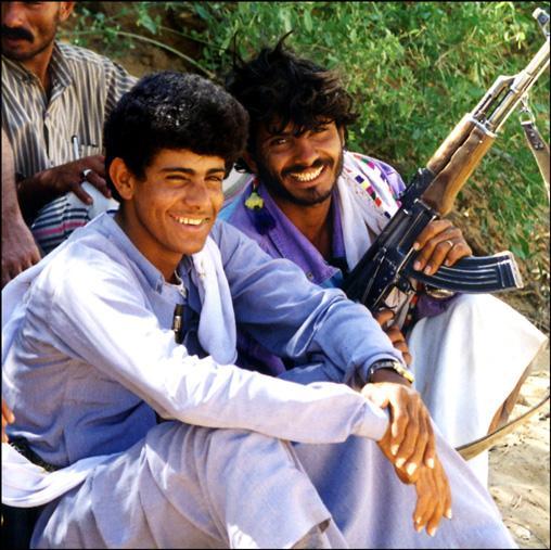 yemen-bedouins-kalachnikov.1263302835.jpg