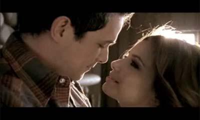 Eva Longoria dans les bras d'Alejandro Sanz pour son clip !