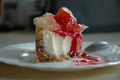 Cheesecake citron, suprêmes de pamplemousse et coulis de framboise
