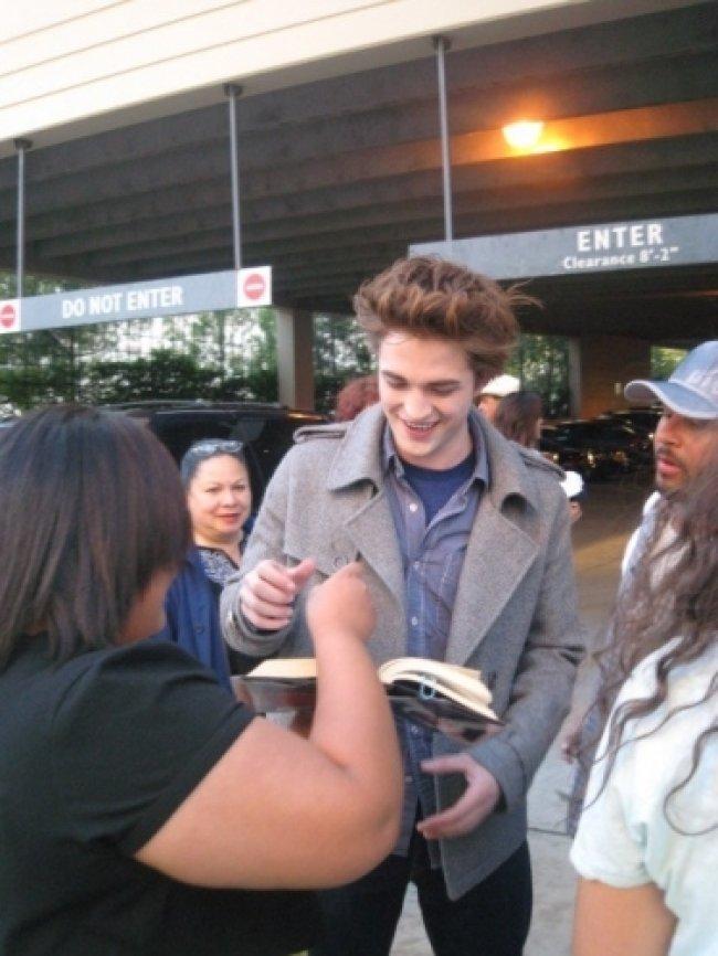 Twilight Fascination : De nouvelles photos sur le tout premier tournage - C'est ça aussi la célébrité, il faut signer des autographes.