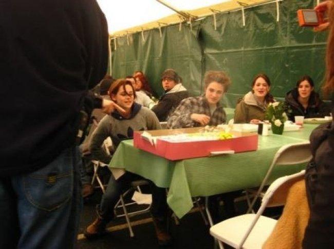 Twilight Fascination : De nouvelles photos sur le tout premier tournage - Tout le casting à la pause déjeuner.