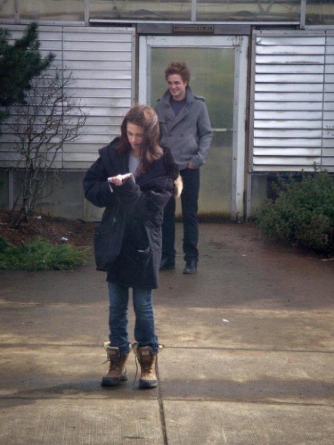 Twilight Fascination : De nouvelles photos sur le tout premier tournage - Quand on attend des heures et des heures pour tourner, il faut bien des chaussures confortables. N'est-ce pas?