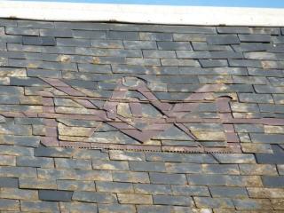 Un emblème de Compagnon charpentier sur un toit aux Rosiers-sur-Loire (Maine-et-Loire)