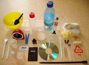 Le plastique est un matériau tellement adaptable, malléable et peu cher qu'il s'est immiscé dans tous les produits de la vie quotidienne. Il s'est diversifié en formes, couleurs et rigidité pour s'adapter à tous les besoins.