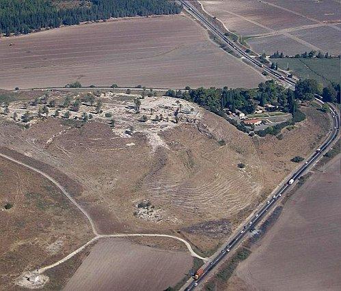 Megiddo---Vue-aerienne-duTell.jpg