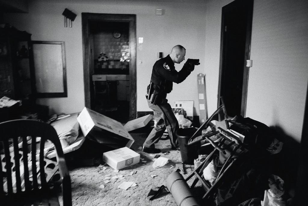 Un officier américain à Cleveland après une expulsion résultant d'une saisie hypothécaire lors de la crise des subprimes. Crédit : Anthony Suau.