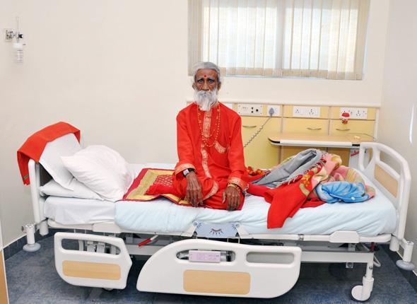 Prahlad Jani, un Indien de 82 ans, affirme ne pas manger ni boire  depuis 70 ans (photo prise le 26 avril 2010).