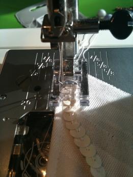comment coudre des paillettes facilement la machine coudre paperblog. Black Bedroom Furniture Sets. Home Design Ideas