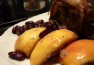 Rôti de porc aux pommes, aux haricots rouge et au vin rouge
