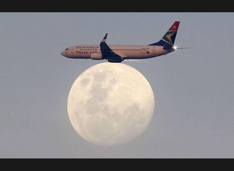 À Durban, en Afrique du Sud, un photographe nous livre cette image insolite d'un avion qui semble posé sur la lune.