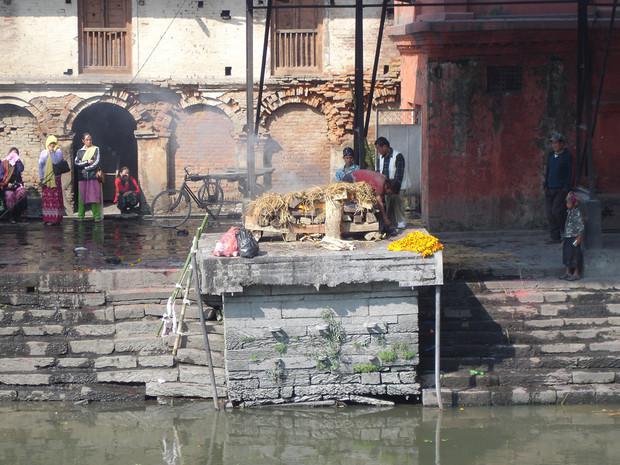 Scène de crémation, Katmandou, Népal