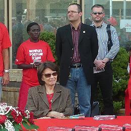 Danielle Mitterrand avec à ses côtés Romain Mesnil