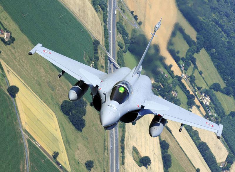 Le 29 juin sur la base de Chateaudun, le pilote de ce rafale répète le prochain défilé aérien du 14 juillet.