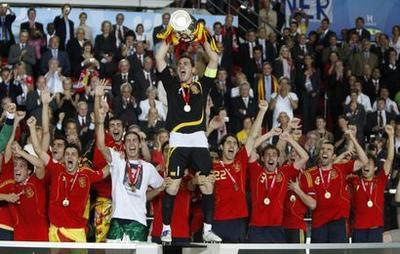 http://www.sport24.com/var/plain_site/storage/images/football/euro-2008/groupe-b/nations-groupe-b/allemagne/actualites/l-espagne-reine-d-europe-167385/3220053-8-fre-FR/l-espagne-reine-d-europe_actus.jpg