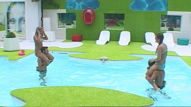 Secret story 4 bataille dans la piscine video lire for Piscine dans la maison