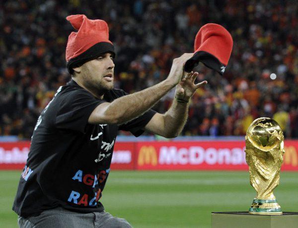 Mondial 2010 un intrus tente de s 39 emparer de la coupe du - Finale coupe du monde 2010 ...