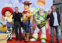 Richard Darbois et Jean Philippe Puymartin en compagnie de Buzz et Woody à l'Avant-première de Toy Story 3 à Disneyland Paris