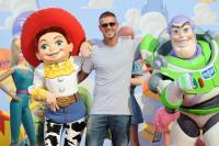 M. Pokora avec Jessie et Buzz à l'Avant-première de Toy Story 3 à Disneyland Paris
