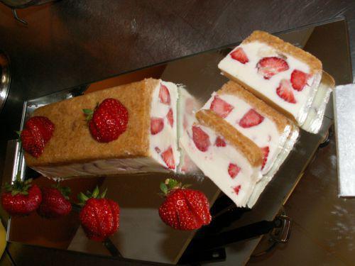 morceaux de fraises cake ideas and designs. Black Bedroom Furniture Sets. Home Design Ideas