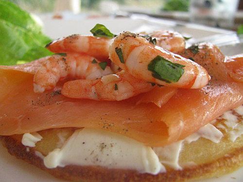 Blinis de saumon fum crevette et fromage frais et jeu interblog paperblog - Comment presenter des crevettes en entree ...