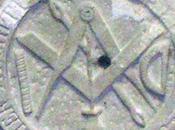 blason d'architecte avec l'équerre compas entrecroisés dans l'église Montauriol (Lot-et-Garonne)