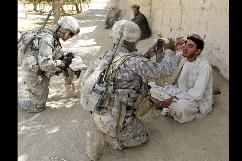 Lundi 4 octobre, village de Shingkay, dans la province de Kandahar, en Afghanistan, ces soldats américains scannent des iris pour alimenter un fichier d'empreintes biométriques. Des millions de données sont ainsi collectées, dont l'utilisation future est incertaine.