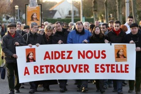 Eric Mouzin (4eG), le père d'Estelle Mouzin (représentée sur la banderole), participe à la marche organisée dans cette ville, le 12 janvier 2008, à l'occasion du cinquième anniversaire de la disparition.
