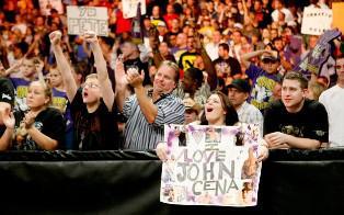 Le public de Raw rend hommage à John Cena