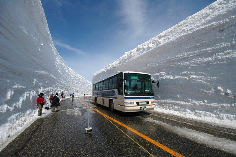 Les murs de neige sur la route Tateyama - Kurobe, au Japon.