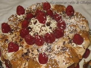 Gâteau au chocolat meringué au mascarpone, caramel à la fleur de sel et framboises