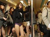 Bonne initiative jolies asiatiques prennent métro sans pantalon
