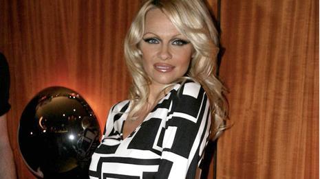 Pamela Anderson au Crazy Horse pour la Saint-Valentin