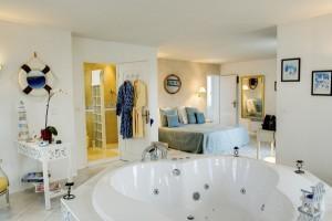 h tels avec jacuzzi dans la chambre voir. Black Bedroom Furniture Sets. Home Design Ideas