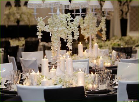 la deco de table chic noire et blanc est réalisée avec des chaises ...