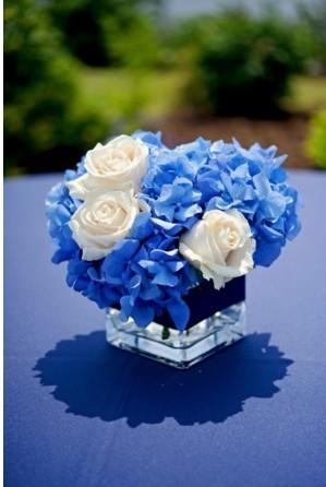 Petit vase carré avec bouquet de fleurs bleuet blanc.